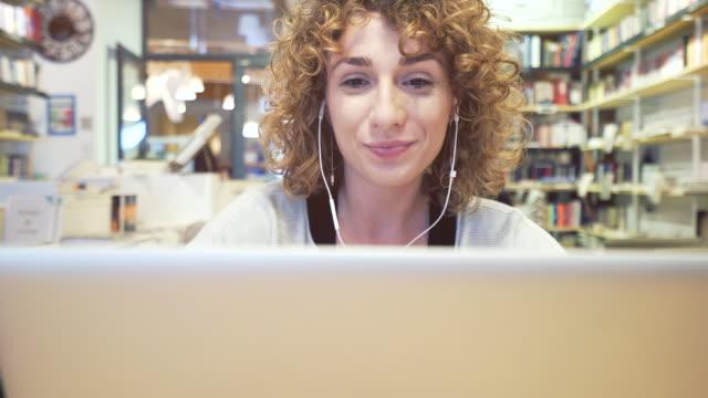 videosamtal på laptop. - videor med headphones bildbanksvideor och videomaterial från bakom kulisserna