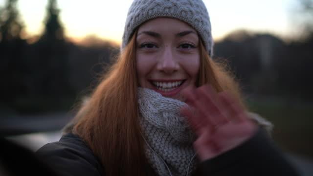 영상전화 - 한 명의 젊은 여자만 스톡 비디오 및 b-롤 화면