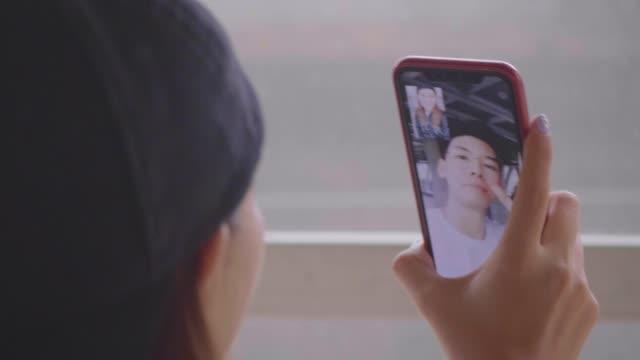videoanruf - teenage friends sharing food stock-videos und b-roll-filmmaterial