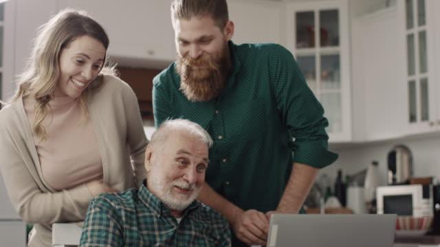 vídeos de stock e filmes b-roll de video call! - old men window