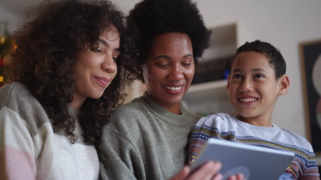 stockvideo's en b-roll-footage met videogesprek met familie op eerste kerstdag tijdens pandemie - christmas family