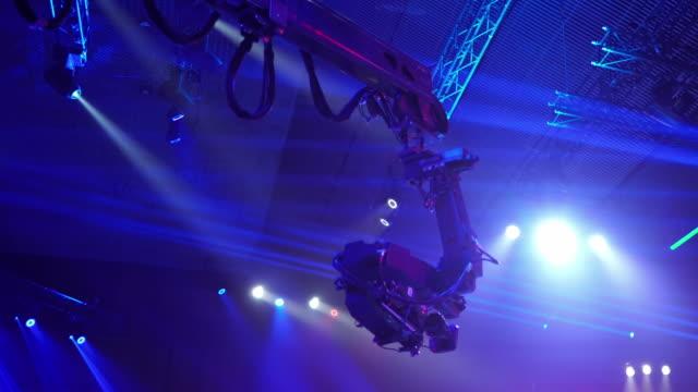 video kamera på kranen när du fotograferar en tv-show. live konsert. - filma bildbanksvideor och videomaterial från bakom kulisserna