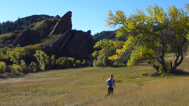 hd video colorado autumn trail run roxbrough state park - 州立公園 個影片檔及 b 捲影像