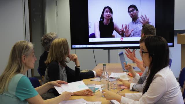 video conference  - konferenztisch stock-videos und b-roll-filmmaterial