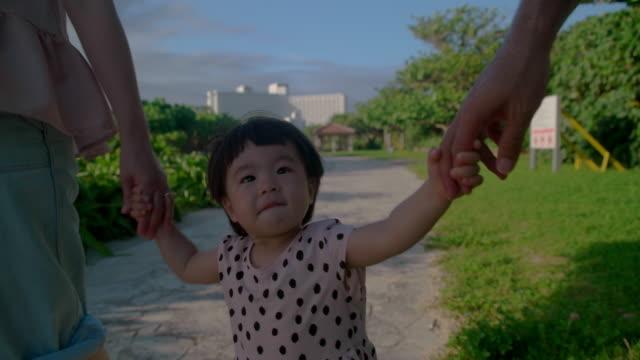 4 k ビデオ - 家族の生活の中で日 - 父親点の映像素材/bロール