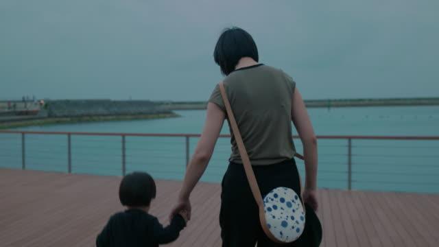 vidéos et rushes de vidéo 4k - journée dans la vie d'une famille - seulement des japonais