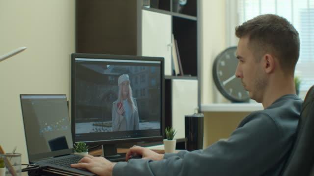 videobearbeitungssoftware, die durch die zeitleiste frame für frame-ansicht geht. - montage filmtechnik stock-videos und b-roll-filmmaterial