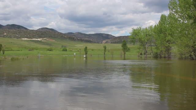 hd video flooded street and sign colorado chatfield state park - 州立公園 個影片檔及 b 捲影像