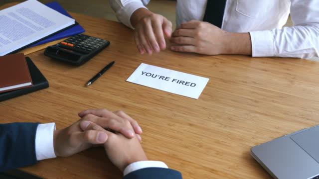 上司の4kビデオ映像は、企業の辞めのために従業員に辞表を送信します - クラシファイド広告点の映像素材/bロール