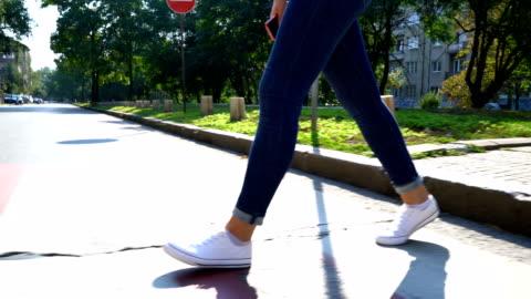 vídeos y material grabado en eventos de stock de videos de las piernas de una mujer cruzando la calle. imágenes anónimas. - calzado