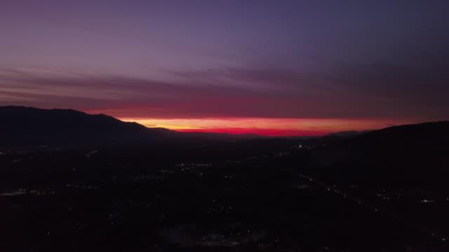 vídeos de stock e filmes b-roll de video from above. aerial view of an incredible sunset behind the italian mountains. - linha do horizonte sobre terra