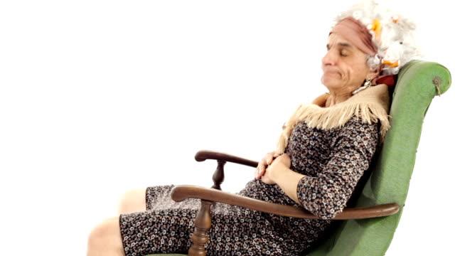wideo w jakości hd śmieszne babcia starszy kobieta spanie na fotel bujany - siwe włosy filmów i materiałów b-roll