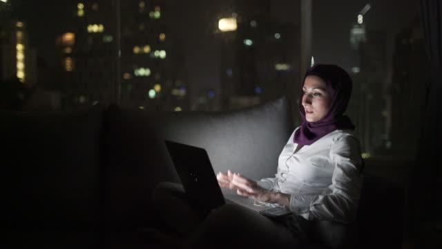 videomöte - hijab bildbanksvideor och videomaterial från bakom kulisserna