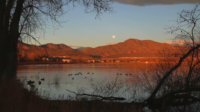 video hd luna alba sulle montagne rocciose colorado duck lake - red rock video stock e b–roll