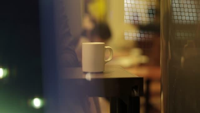 カフェで働くビジネスマンの 4 K 映像 ビデオ
