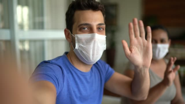 ein pov-video eines freundes, der online in einem video-chat hängt - krankheitsverhinderung stock-videos und b-roll-filmmaterial