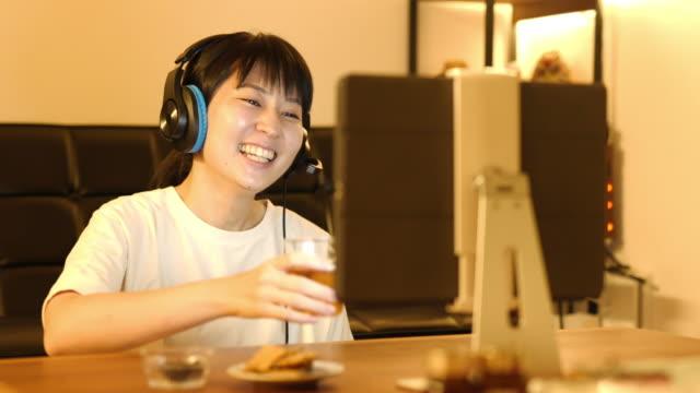 自宅でオンラインで飲む日本人女性の4kビデオ - 飲み会点の映像素材/bロール