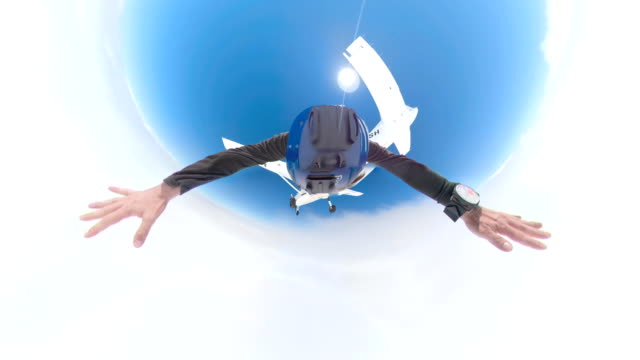 video of a parachutist crossing the clouds in 360 view - скайдайвинг стоковые видео и кадры b-roll