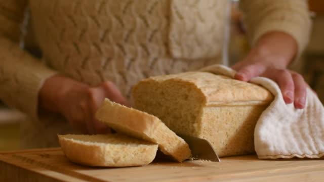 彼女の新鮮なパンをスライスする女性のビデオ。 - 食パン点の映像素材/bロール