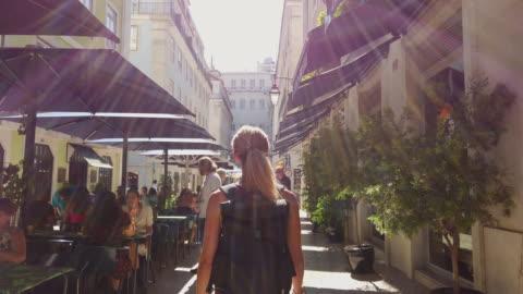 video di una donna in visita a lisbona. - culture video stock e b–roll