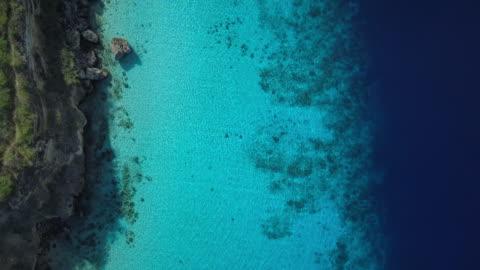 video 4k della vista aerea del mar dei caraibi a curacao - costa caratteristica costiera video stock e b–roll