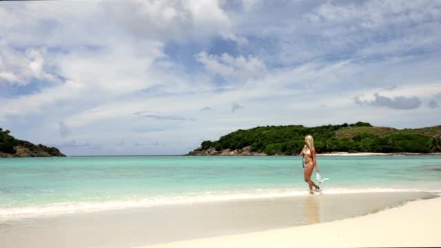 wideo bikini kobieta przechodząc do snorkelingu na karaibach - spoiler filmów i materiałów b-roll