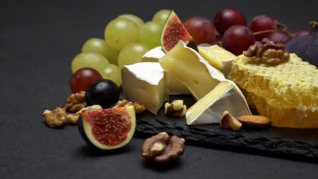 video von brie käse, honig und trauben - brie stock-videos und b-roll-filmmaterial