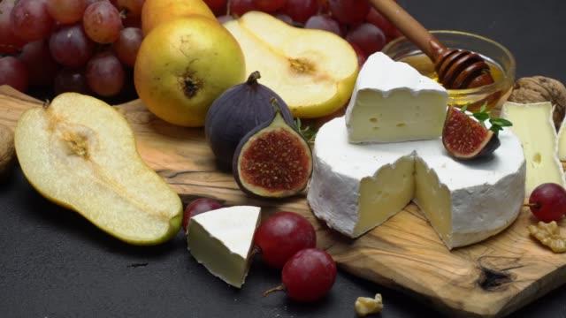 video von brie oder camembert käse und trauben - brie stock-videos und b-roll-filmmaterial