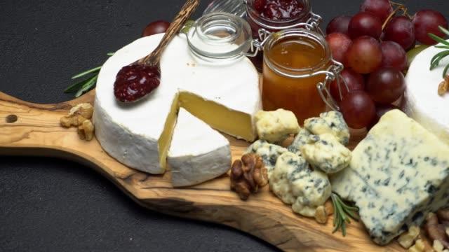 video von brie, roquefort-käse, marmelade und trauben - brie stock-videos und b-roll-filmmaterial