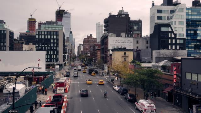 vidéos et rushes de vidéo de voitures passant à travers les rues de manhattan. vie quotidienne ànew york, usa - avenue