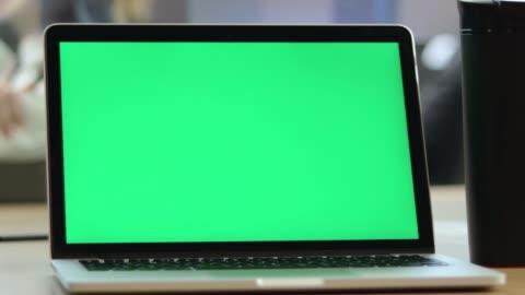 4k 視頻特寫人使用色度鍵螢幕筆記本電腦在辦公室的辦公桌上 - laptop 個影片檔及 b 捲影像
