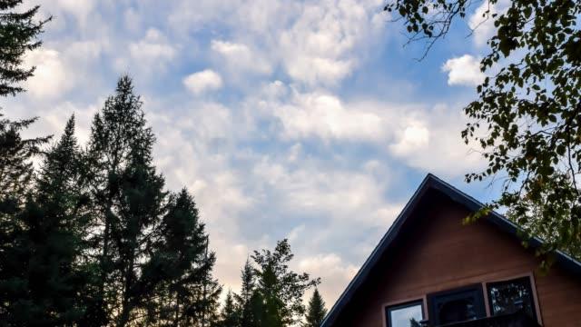 video von wolken und kabinendach - blockhütte stock-videos und b-roll-filmmaterial