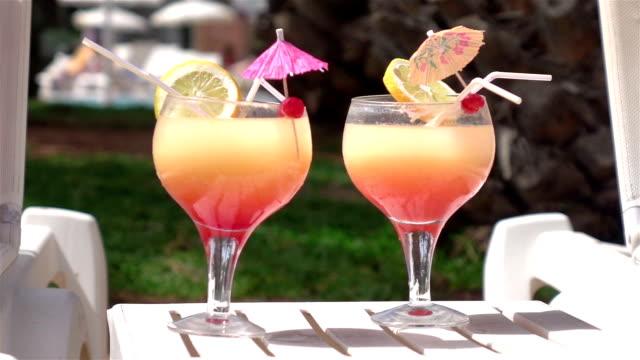 video von cocktails am pool in echt zeitlupe - tropischer cocktail stock-videos und b-roll-filmmaterial