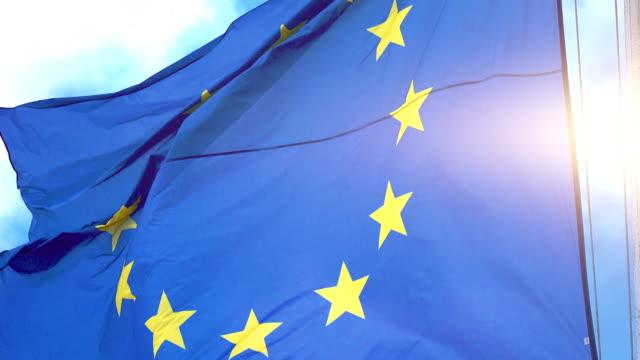video der eu-flagge in 4k - europäische union stock-videos und b-roll-filmmaterial