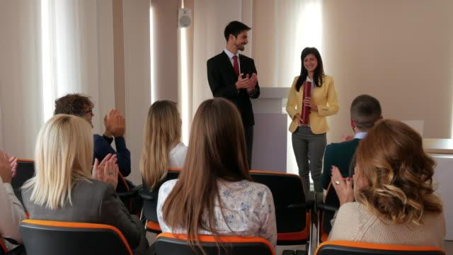 4K video de estudiante recibiendo diploma en aula - vídeo