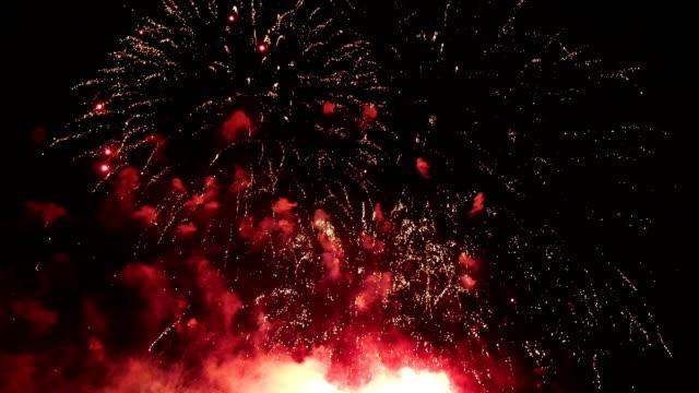 vídeos y material grabado en eventos de stock de vídeo de fuegos artificiales - sparks