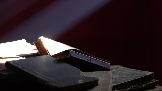 暗闇の中の聖典コーランのビデオ - 本点の映像素材/bロール