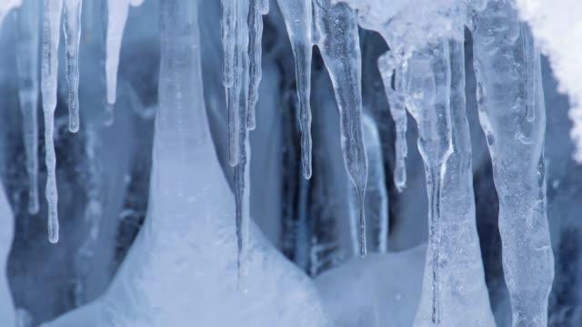 氷やつらら、アルタイ川ボルダ Gromotuha 冬シーズンに洞窟で gurling 水のビデオ ビデオ