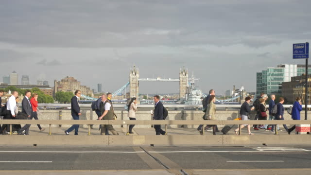 video of london commuters with tower bridge in the background - london bridge inghilterra video stock e b–roll