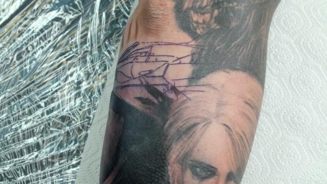 video von mann bekommt tattoo im salon - menschliches gelenk stock-videos und b-roll-filmmaterial