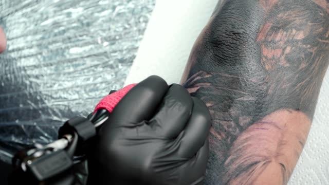 video von meister immer tattoo auf ellenbogen im salon - menschliches gelenk stock-videos und b-roll-filmmaterial