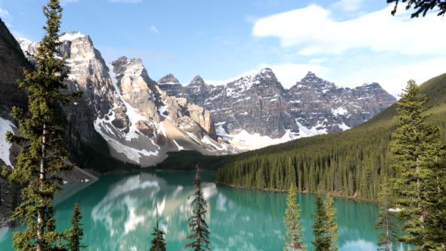 vidéos et rushes de vidéo 4k du lac moraine au lever du soleil en juin, parc national banff, canada - neige éternelle