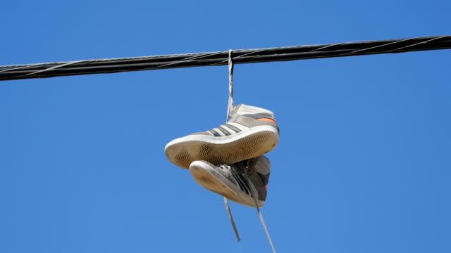 4 k で靴のペアのビデオ - 吊るす点の映像素材/bロール