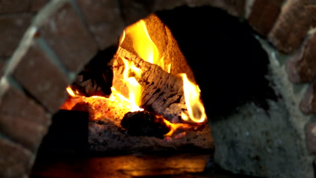 vídeos de stock e filmes b-roll de video of pizza oven in slow motion 250fps - burned cooking