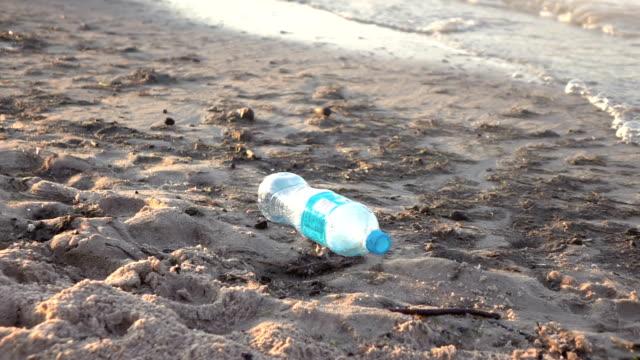 本当のスローモーションのビーチで汚染のビデオ - 有害物質点の映像素材/bロール