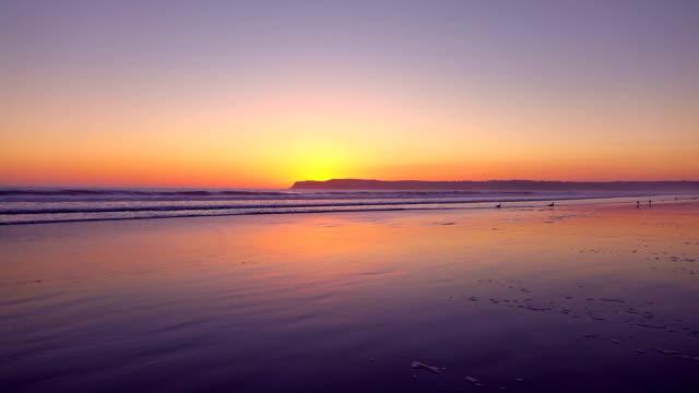本当のスローモーションでビーチでサンセットのビデオ ビデオ