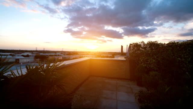 4 k スローモーションで屋上で夕焼けのビデオ - パティオ点の映像素材/bロール
