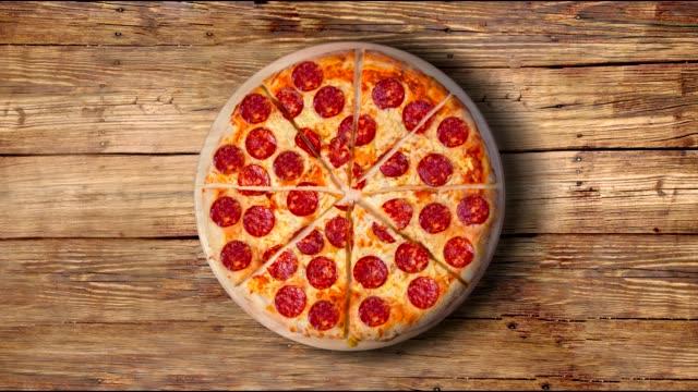 vídeos y material grabado en eventos de stock de un video de la pizza de pepperoni de fondo. material de archivo. - pizza