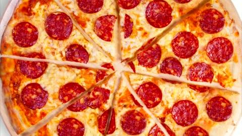 vídeos y material grabado en eventos de stock de un video de la pizza de pepperoni de fondo. material de archivo. - rebanada