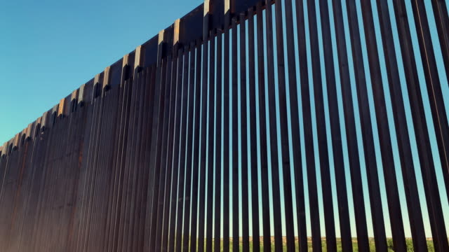 vídeos de stock e filmes b-roll de 4k video of the international wall between mexico and the united states in new mexico where the wall is under construction. - cercado